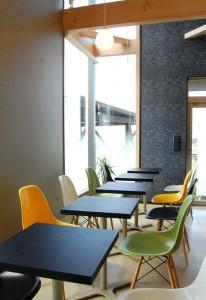 カフェスペースも明るく開放的!